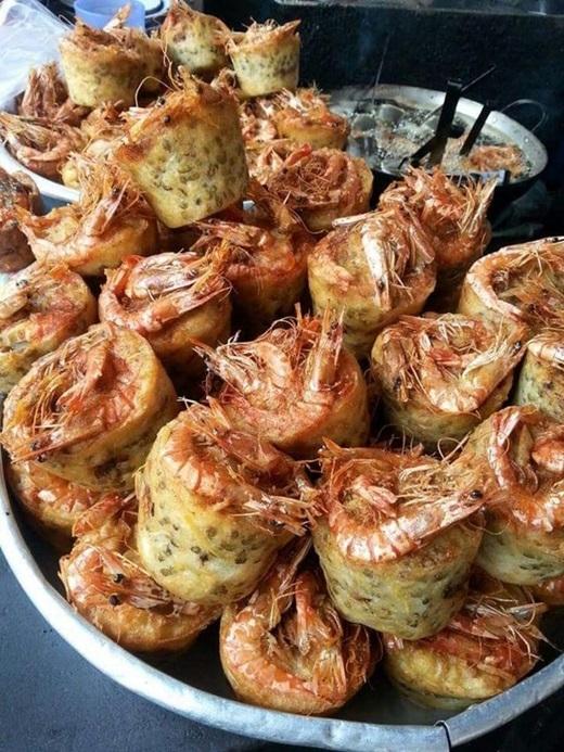 """Từ Sóc Trăng """"lặn lội"""" lên Sài Gòn, bánh cóng làm người ăn nhớ mãi bởi cái nóng sốt, giòn rụm quyện hương thơm bùi béo của đậu xanh với nước chấm chua ngọt nơi đầu lưỡi.(Ảnh: Internet)"""