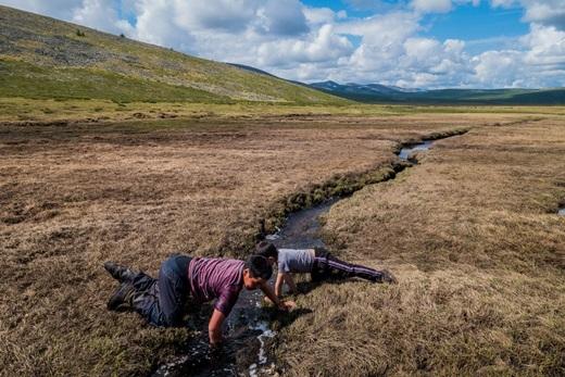 Trẻ em chơi đùa bên một con lạch dẫn nước giữa thảo nguyên mênh mông. Vớingười Mông Cổ, thiên nhiên vừa là mẹ hiền, vừa là một người bạn thân thiết không thể tách rời.(Ảnh: Internet)