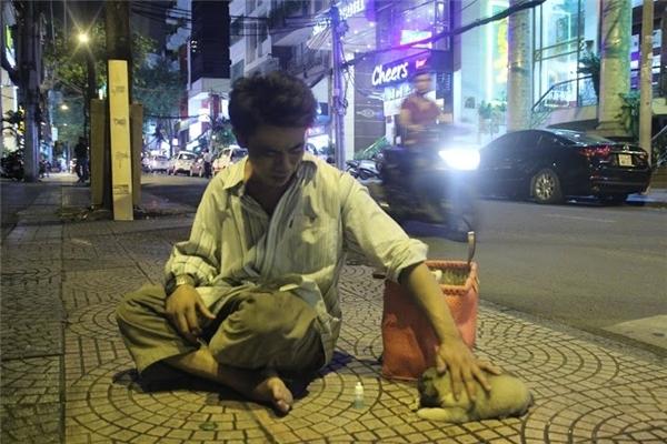 Những người lao động ở đường Thái Văn Lung, quận 1 đã quá quen thuộc với hình ảnh người đàn ông đánh giày và chú chó mù.(Ảnh: Internet)