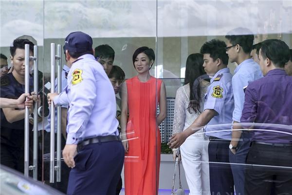 Xa Thi Mạn rạng rỡ vẫy tay chào người hâm mộ Việt