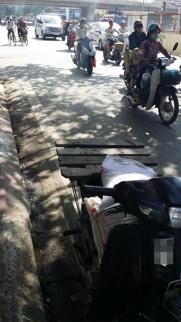 Chiếc xe máy cùng Quỳnh đi giao hàng gặp sự cố tại ngã tư Cầu Giấy. (Ảnh: FBNV)