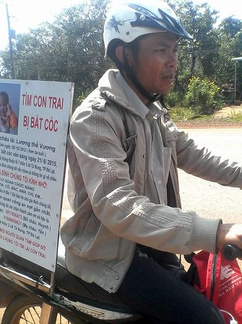 Hình ảnh người đàn ông chạy xe đi tìm con. Ảnh: GĐCC