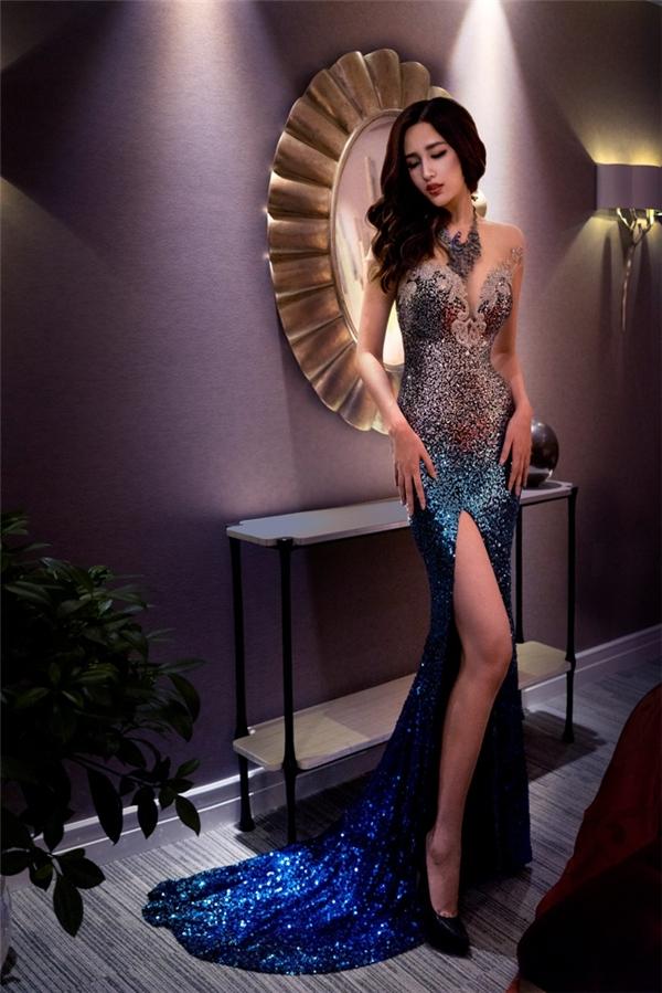 Hoa hậu Việt Nam 2006 diện thiết kếchuyển màu đặc biệt cùng đường cắt xẻ táo bạo, ôm sát cơ thể. Cô khoe tối đa đường cong hoàn hảovà đôi chân dài miên man.