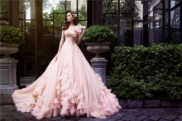 """Thiết kế váy xòe bay bổngđược tôđiểm thêm những chi tiết cầu kì và uốn lượn nơi chân váy để mỗi bước đi trở nênquyến rũhơn. Người đẹpnhư được """"hóa phép""""trở thành một nàng công chúa xinh đẹp bước ra từtruyện cổ tích."""
