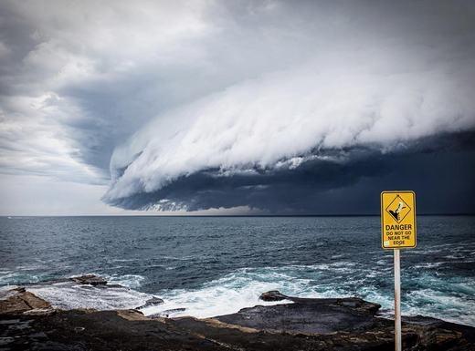 """Ông này cũng nói thêm rằng hiện tượng hình thành nếu mưa lớn (chủ yếu là mưa sau bão), từ đó một luồng không khí bị """"kéo"""" xuống cùng. Từ đó, nó sinh ra dòng dịch chuyển đối lưu theo chiều ngang, cộng thêm độ ẩm trong không khí tăng nhanh tạo ra các đám mây cuồn cuộn trên bầu trời. (Ảnh: Bored Panda)"""
