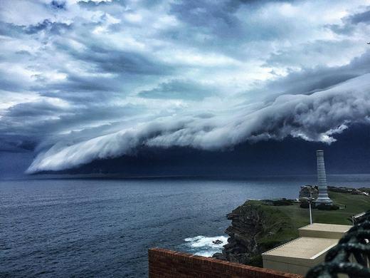 Mặc dù đa phần người chứng kiến tỏ vẻ ngạc nhiên, nhưng vẫn cómột vài trong số đó cảm thấy lo sợ. Họ liên tục gọi điện đến Cục khí tượng thủy văn Úc để mong được giải đáp. (Ảnh: Bored Panda)