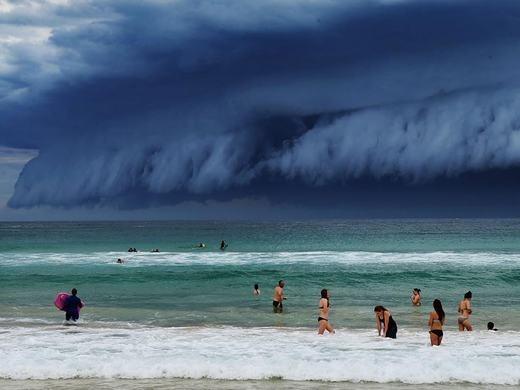 Từ hình ảnh mà những người chứng kiến ghi lại cho thấy, các đám mây cực lớn ùa vào và bao trùm gần như toàn bộ bờ biển. Sau đó, nó đã tiến vào thành phố trước khi biến mất. (Ảnh: Bored Panda)