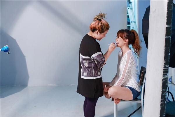 Chuyên viên trang điểm lần đầu bóc mẽ chuyện hậu trường Sơn Tùng, Hari Won