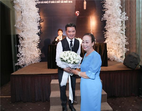 Một fan lớn tuổi lên tặng hoa chúc mừng Mr. Đàm. - Tin sao Viet - Tin tuc sao Viet - Scandal sao Viet - Tin tuc cua Sao - Tin cua Sao