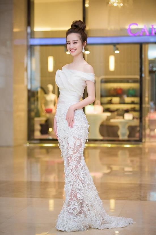 Jun Vũ gợi cảm nhưng không làm mất đi vẻ thanh lịch khi diện mẫu váy xuyên thấu của nhà thiết kế Hoàng Hải trong buổi ra mắt phim Yêu tại Hà Nội.