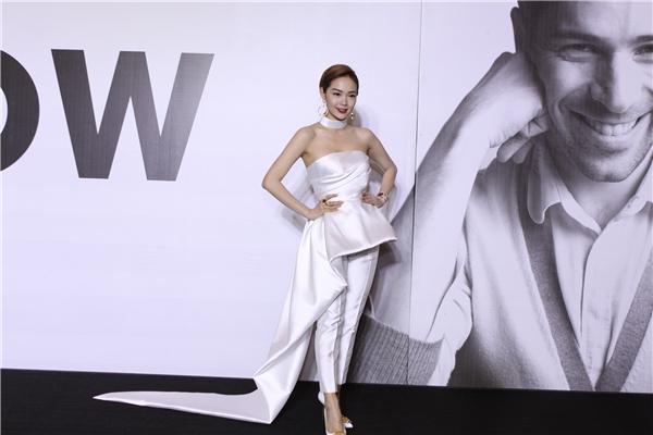Minh Hằng diện cả cây trắng mang đến vẻ ngoài hiện đại, gợi cảm trên thảm đỏ LYNK Fashion Show 2015. Từ cách trang điểm đến việc kết hợp phụ kiện của nữ ca sĩ gần như hoàn hảo đến từng chi tiết.