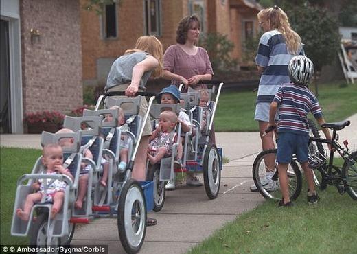 Việc nuôi con của gia đình khá vất vả nhưng được mọi người hỗ trợ rất nhiều.(Ảnh: Internet)