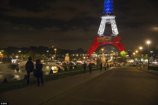 Biểu tượng nước Pháp đã thắp sáng trở lại. (Ảnh: EPA)