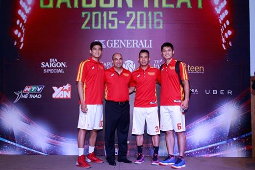 Thành Nhân (ngoài cùng bên phải), tài năng bóng rổ Việt Nam sẽ có cơ hội thể hiện mình cùng các đồng đội Saigon Heat tại ABL 2015-2016.