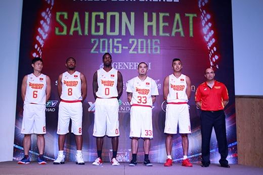 Thành Nhân (6), Việt (33) và Tú (1) trong buổi họp báo giới thiệu mùa giải 2015-2016 của Saigon Heat.