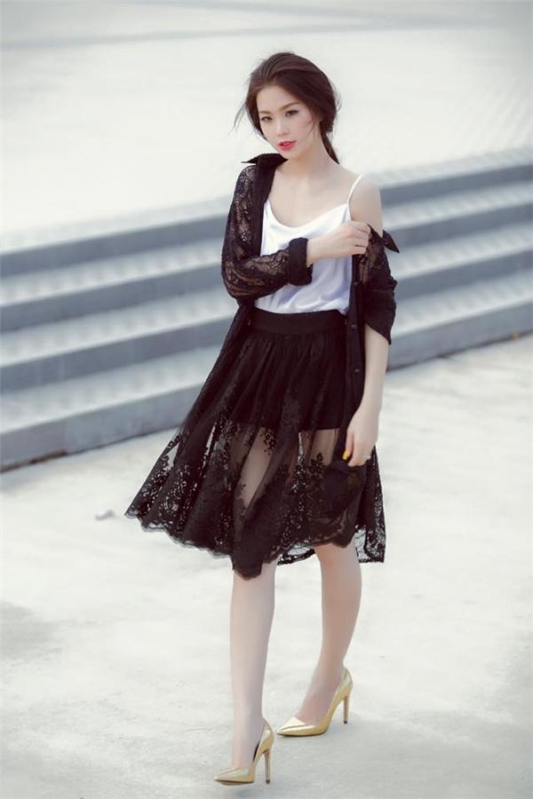Người đẹp 25 tuổi bắt đầu hướng đến hình ảnh người phụ nữ trưởng thành với vẻ đẹp gợi cảm, quyến rũ. Mặc dù diện những trang phục cắt xẻ hay với chất liệu xuyên thấu, ở Diễm Trang vẫn toát lên vẻ thanh lịch, sang trọng.