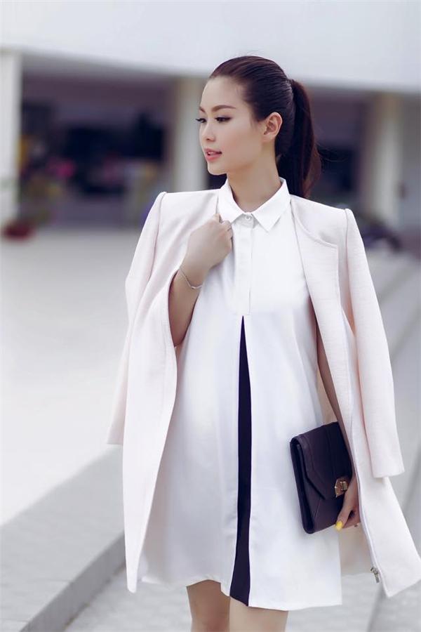 Phụ kiện như giày, túi xách, thắt lưng, hoa tai, vòng cổ đều được Diễm Trang chọn phối hòa hợp với trang phục. Đây cũng chính là khoảng thời gian đánh dấu sự thay đổi rõ rệt trong phong cách thời trang của Á hậu Việt Nam 2014.