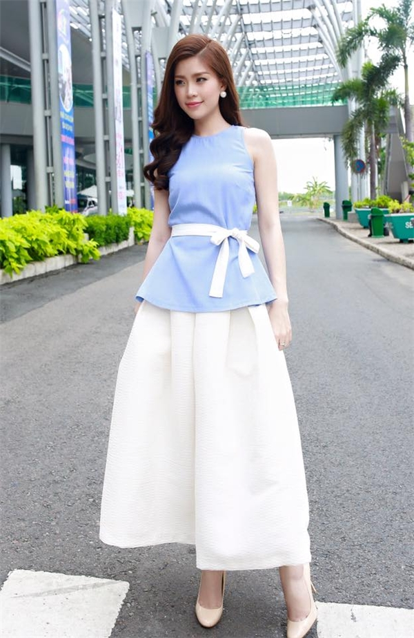 Trong khi đó, sự kết hợp giữa hai tông màu xanh, trắng lại giúp người đẹp 25 tuổi trẻ trung, thanh lịch hơn. Mặc dù không chạy đua theo những mốt thời thượng nhưng trang phục của Diễm Trang vẫn đủ tạo nên sức hút mãnh liệt.