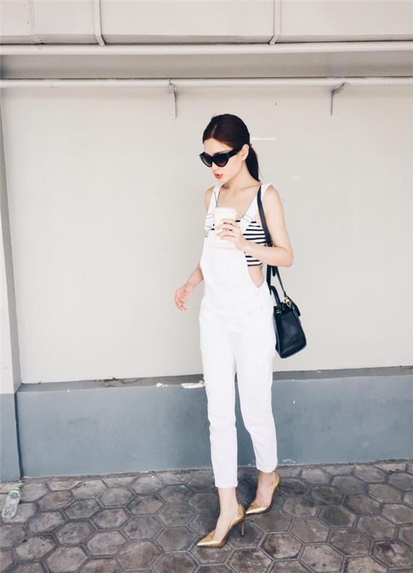 Á hậu Việt Nam 2014 như trở về với tuổi đôi mươi khi diện quần yếm jeans kết hợp áo crop top.