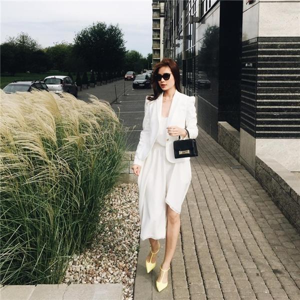 Cả cây trắng tinh khôi, thanh lịch của Diễm Trang trông không thua kém các quý cô sang trọng trong những buổi tiệcnhẹ nhàng, ấm cúng.