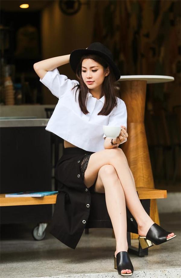 Sự kết hợp giữa hai tông màu trắng, đen kinh điển với Diễm Trang chưa bao giờ nhàm chán.