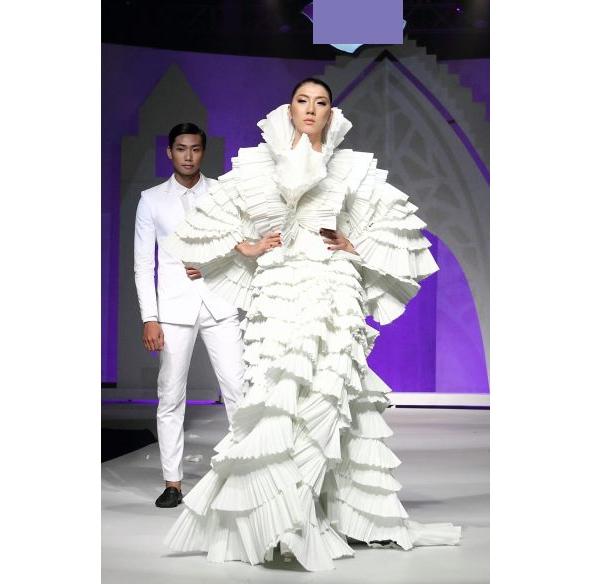 Trong lần giới thiệu bộ sưu tập làm từ giấy khá độc đáo, Đỗ Mạnh Cường tiếp tục chọn Ngọc Quyên ở vị trí chính. Show diễn này cũng là phần thưởng dành cho các thí sinh xuất sắc nhất trong một thử thách của Vietnam's Next Top Model 2011 như: Hoàng Thùy, Trà My.