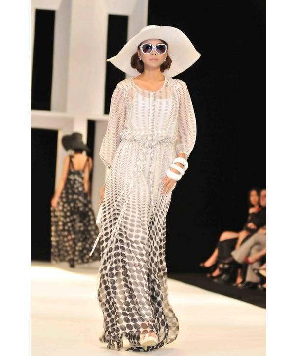 Cùng năm này, Thanh Hằng diện mẫu váy dài với họa tiết chấm bi giữ vị trí đinh cho bộ sưu tập Xuân - Hè của nhà thiết kế gốc Hà thành.