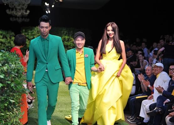 Trong không gian tràn đầy cây xanh, hoa lá của Le Jardin - show diễn Xuân - Hè 2013 của Đỗ Mạnh Cường, Thanh Hằng xuất hiện đầy quyền lực với mẫu váy được dựng phom 3D cầu kì, tinh tế.