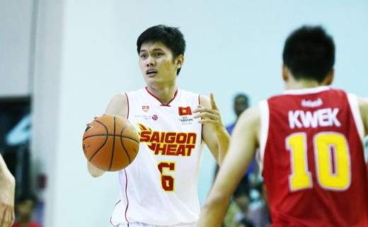 Nguyễn Thành Nhân (áo số 6) được nhận xét là cầu thủ nội binh tài năng của bóng rổ Việt Nam với thành tích ghi được trung bình 17 điểm/trận tại Sea Games 28.