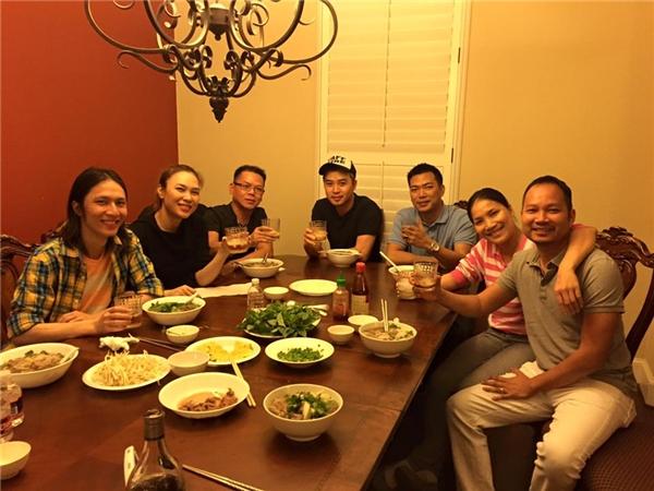 Ông xã Hồng Ngọc đảm đang vào bếp nấu phở cho Mỹ Tâm - Tin sao Viet - Tin tuc sao Viet - Scandal sao Viet - Tin tuc cua Sao - Tin cua Sao