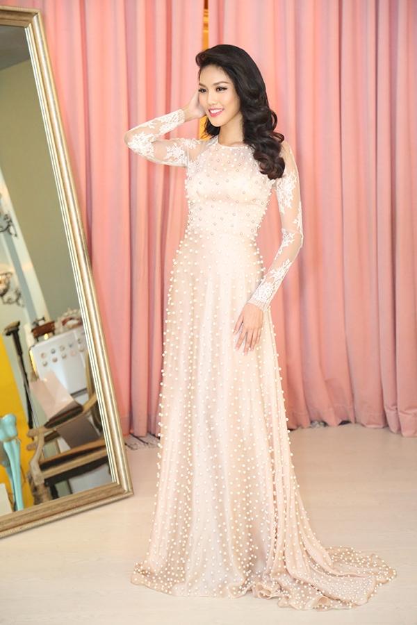 Lan Khuê chọn những mẫu váy nhẹ nhàng có tông hồng làm chủ đạo. Các thiết kế tạo điểm nhấn bởi chi tiết đính kết kì công hay dựng phom 3D tinh tế.