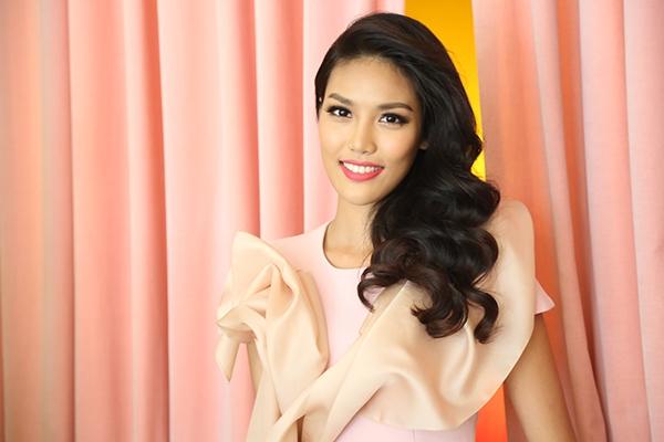 """Hành trang mà Lan Khuê mang đến Hoa hậu Thế giới 2015 không chỉ cónhan sắc, tài năng mà còn là vẻ đẹp về tâm hồn qua dự án """"Chung tay cùng Khuê""""."""
