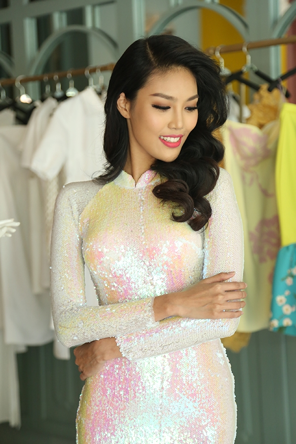 Lan Khuê rạng ngời thử trang phục dự thi Hoa hậu Thế giới 2015