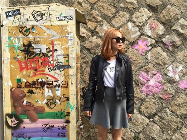 Minh Hằng sở hữu gu thời trang đường phố được xem là đa dạng nhất V-biz. Những ngày đầu đông, nữ ca sĩ dường như càng thích thú khi được trổ tài phối trang phục độc đáo, bắt mắt. Trong ảnh,Minh Hằng lựa chọn kiểu áo khoác da nam tính, mạnh mẽ kết hợp cùng chân váy.