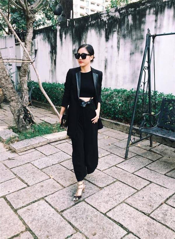 Văn Mai Hương gây ấn tượng mạnh với cả cây đen chất lừ. Nữ ca sĩ đất Hà thành diện mẫu áo khoác lấy phom từ áo vest truyền thống được tạo điểm nhấn bởi chi tiết da lộn đối xứng hai bên.