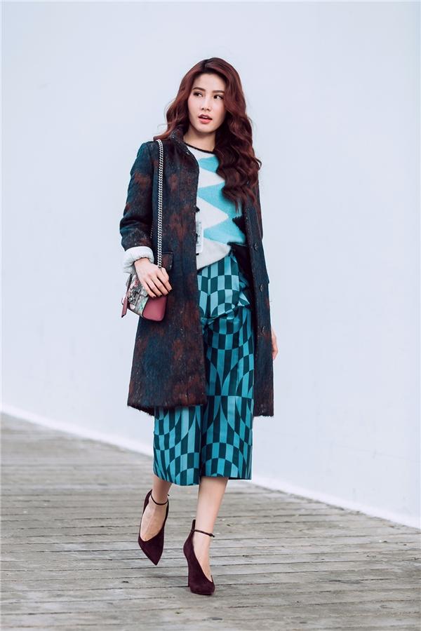 Diễm My 9xcũng không hề kém cạnh đàn chị khi liên tục diện những kiểu áo khoác đẹpbằng chất liệu len hay hiệu ứng loang màu.