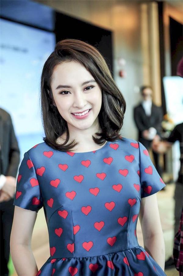 Hai tháng trước đây, nữ diễn viên Angela Phương Trinh gây bất ngờ khi mang đến vẻ ngoài khác lạ với mái tóc bob lưng chừng vai.