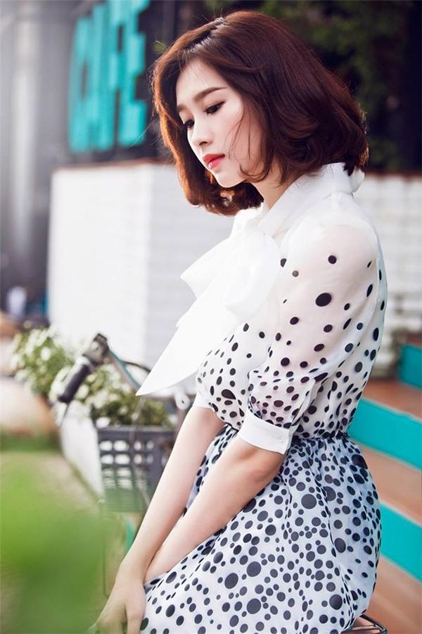 Suốt ba năm sau khi đăng quang Hoa hậu Việt Nam 2012, Đặng Thu Thảo luôn trung thành với mái tóc dài mượt mà, điệu đà. Tuy nhiên, trong những ngày đầu thu vừa qua, người đẹp gốc Bạc Liêucũng quyết định tân trang vẻ ngoài với mái tóc bob được làm phồng ở phần đuôi.