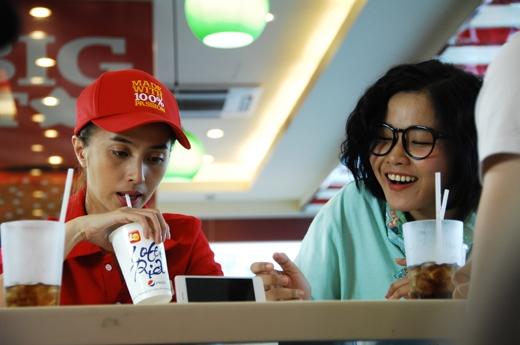 Trương Thảo Nhi thì hóa thân thành vai diễn củacô nàng tròn trịa Pil Sook của IU. Và khá trùng hợp là trước đây Trương Thảo Nhi cũng có thân hình mũm mĩm.
