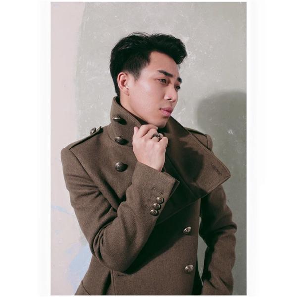 Trong khi đó, những chiếc áo khoác lại giúp các chàng trai trở nên thu hút, bí ẩn hơn.