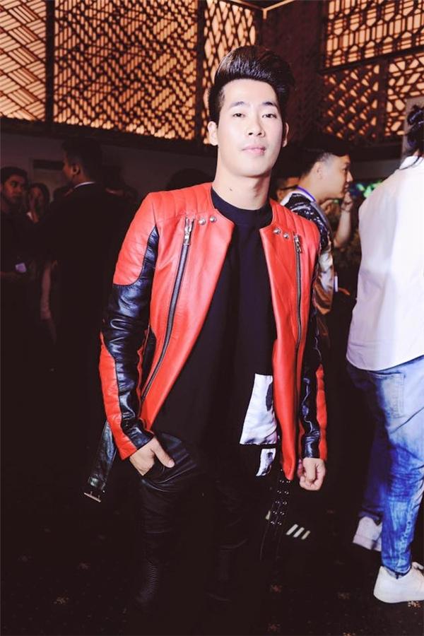 Hoàng Ku hay Travis Nguyễn còn khéo léo điểm xuyết cho chiếc áo khoác da bằng chi tiết đinh tán hay tua rua hợp mốt trong mùa Thu - Đông.