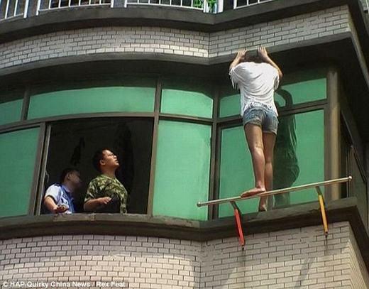 Nhân viên cứu hỏa đã nhanh chóng tiếp cận cô gái, đưa ra những lời khuyên nhằm giúp mục tiêu thay đổi ý định. (Ảnh: HAP)