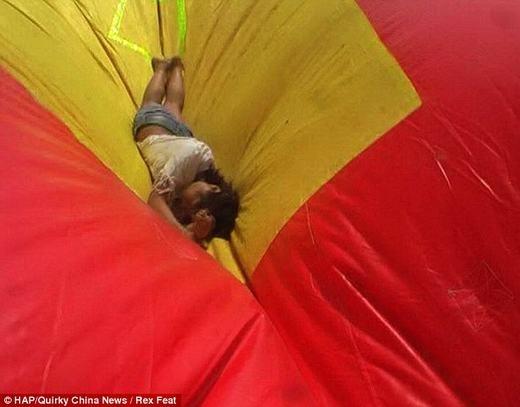Tuy nhiên, do đã lường trước được mọi tình huống nên lính cứu hỏa đã đặt nệm khí phía dưới. Cô gái vẫn an toàn khi rơi xuống, không hề bị vết thương nào. (Ảnh: HAP)