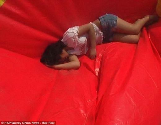 Nhiều người cho rằng nếu không có nệm khí, có lẽ cô gái đã chết. Sau khi rơi xuống, cô đã khóc rất nhiều. (Ảnh: HAP)