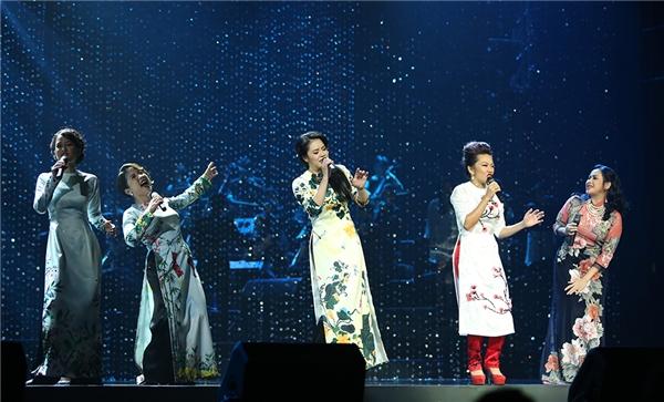 Cả 5 nữ ca sĩ đều chọn chiếc áo dài truyền thống để xuất hiện trong tiết mục mở màn. - Tin sao Viet - Tin tuc sao Viet - Scandal sao Viet - Tin tuc cua Sao - Tin cua Sao