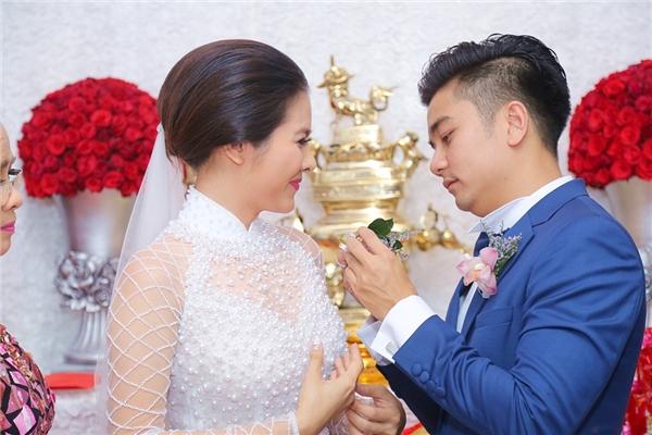 Nữ diễn viên thích thú cười tít mắt khi được chồng sắp cưới cài hoa lên áo. - Tin sao Viet - Tin tuc sao Viet - Scandal sao Viet - Tin tuc cua Sao - Tin cua Sao