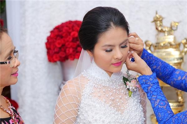 Thủ tục đeo hoa tai - Tin sao Viet - Tin tuc sao Viet - Scandal sao Viet - Tin tuc cua Sao - Tin cua Sao