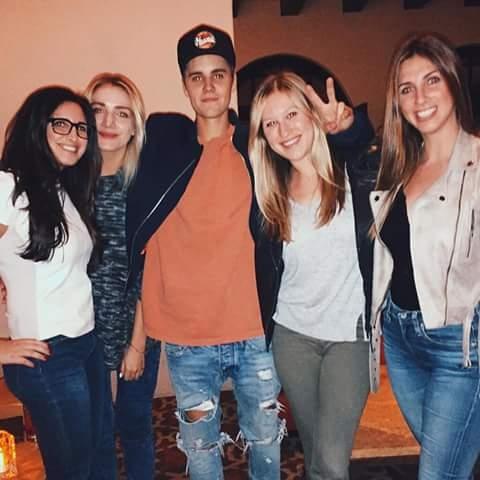Lindsay và bạn bè chụp ảnh cùng Justin Bieber.