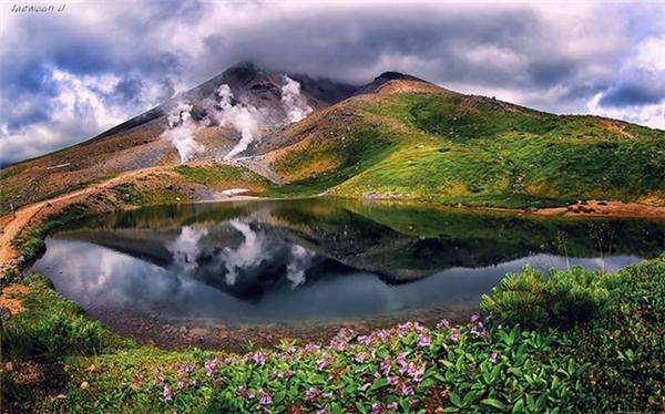 Khung cảnh huyền ảo của mây trời, núi non.