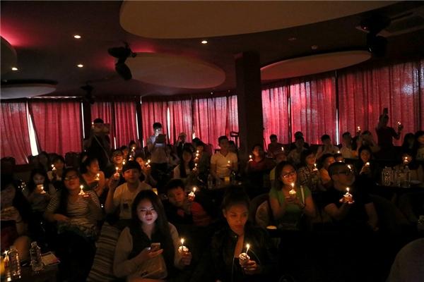 Không gian tràn ngập ánh nến và giai điệu của ca khúc Chúc mừng sinh nhật. - Tin sao Viet - Tin tuc sao Viet - Scandal sao Viet - Tin tuc cua Sao - Tin cua Sao